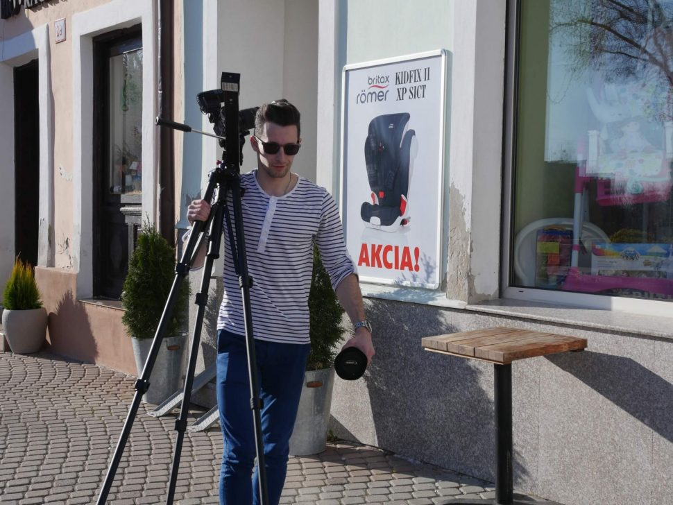 kameraman nesuci stativ